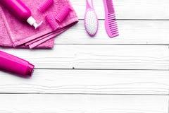 Hårtvagning och utformahjälpmedel Hårkam schampo, hårspray, hårrullar på vit träcopyspace för bästa sikt för bakgrund royaltyfri bild