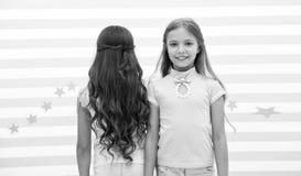 Hårvåg eller permanent hårvåg eller permanent för brunett och blond liten flicka små flickaungar på frisören tidstopp när arkivbilder