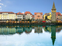 Hébergez la promenade dans Lindau avec la réflexion dans l'eau Tour Mangenturm, Bavière, Allemagne, l'Europe Photos stock