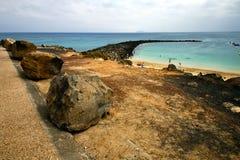 Hébergez le bateau de pilier à Arrecife bleu teguise Lanzarote Photo stock