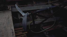 Hélice de madeira do barco na embarcação de pesca velha em Tailândia video estoque