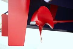 Hélice roja del propeler de la pintura del barco en barco azul del casco Fotos de archivo libres de regalías