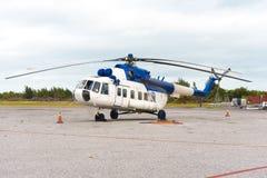 Hélicoptère à l'aéroport de l'île de Cayo Largo, Cuba Copiez l'espace pour le texte Photo stock