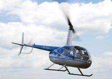 Hélicoptère aéroporté de Robinson R-44 Image libre de droits