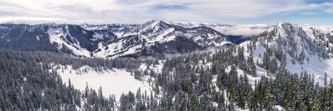 Hélicoptère au-dessus de destination de sports de Mountian d'hiver dans Pacifique aucun Photo stock