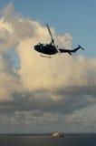 Hélicoptère au-dessus de l'eau photos stock