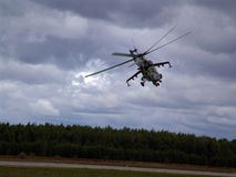 Hélicoptère au-dessus de la forêt Photo stock