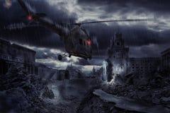 Hélicoptère au-dessus de ville ruinée pendant la tempête Photographie stock libre de droits