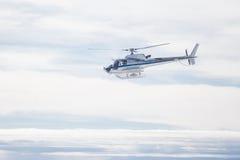 Hélicoptère au-dessus des Alpes Image stock