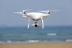 Hélicoptère blanc de quadruple de bourdon Photographie stock