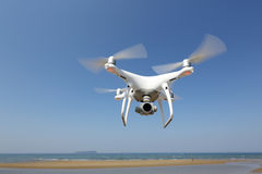 Hélicoptère blanc de quadruple de bourdon Images libres de droits