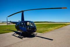 Hélicoptère bleu à un aéroport Photo libre de droits