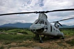 Hélicoptère CH-46 sur une falaise Photos stock