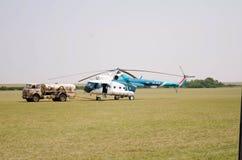 hélicoptère civil blanc bleu sur l'aérodrome Photos libres de droits