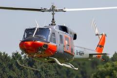 Hélicoptère civil de la cloche 212 en vol Image libre de droits