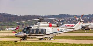 Hélicoptère d'AgustaWestland aw 139 à l'aéroport de Zurich Image libre de droits