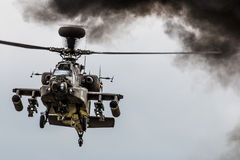 Hélicoptère d'Apache planant photos stock