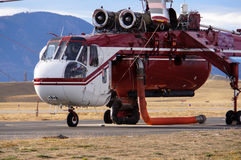 Hélicoptère d'incendie de forêt Photo stock