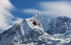 Hélicoptère dans l'intervalle de montagne de neige Photographie stock libre de droits