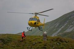 Hélicoptère dans la délivrance de montagne Photographie stock