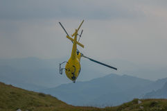Hélicoptère dans la délivrance de montagne Photo libre de droits
