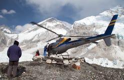 Hélicoptère dans le camp de base du mont Everest Images libres de droits
