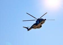 Hélicoptère dans le ciel image libre de droits