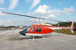 Hélicoptère de Bell 206 sur la prise de masse Photo stock