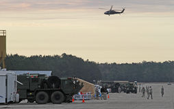 Hélicoptère de Blackhawk au-dessus d'installation militaire Image stock