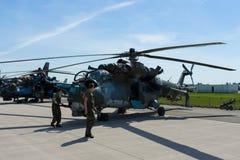 Hélicoptère de combat avec les capacités de transport mil Mi-24 de derrière Photos stock