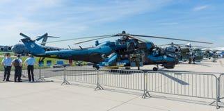 Hélicoptère de combat avec les capacités de transport mil Mi-24 de derrière Photo stock