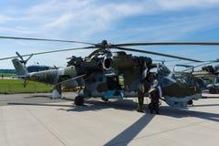 Hélicoptère de combat avec les capacités de transport mil Mi-24 de derrière Image libre de droits