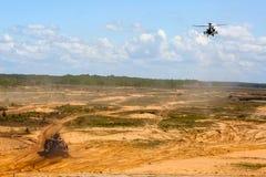 Hélicoptère de combat dans l'entraînement militaire Saber Strike en Lettonie image stock