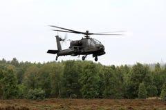 Hélicoptère de combat hollandais d'Apache au-dessus de la bruyère photos libres de droits
