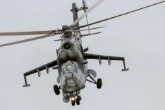 Hélicoptère de combat Mi-24 de derrière Images libres de droits