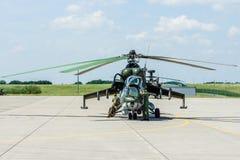 Hélicoptère de combat mil Mi-24 de derrière Photo stock