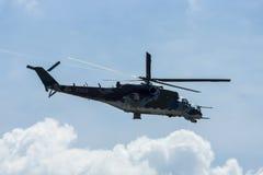 Hélicoptère de combat mil Mi-24 de derrière Images stock