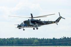 Hélicoptère de combat mil Mi-24 de derrière Image libre de droits