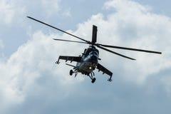 Hélicoptère de combat mil Mi-24 de derrière Image stock