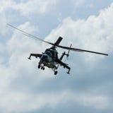 Hélicoptère de combat mil Mi-24 de derrière Images libres de droits
