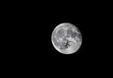 Hélicoptère de combat sur le fond de lune Image libre de droits