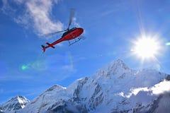 Hélicoptère de couperet d'évacuation de secours pour des cas extrêmes de temps chez Gorekshep, camp de base EBC, Népal d'Everest image stock
