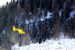 Hélicoptère de délivrance dans les montagnes, Photo stock