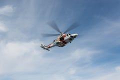Hélicoptère de l'équipe de secours maritime espagnole Photo stock