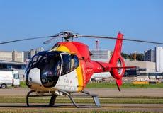 Hélicoptère de l'EC 120 Colibri d'Eurocopter dans l'aéroport de Zurich Photographie stock libre de droits