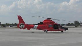 Hélicoptère de la garde côtière des USA banque de vidéos