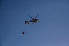 Hélicoptère de lutte contre l'incendie Image stock