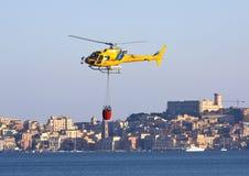 Hélicoptère de lutte contre l'incendie au-dessus de la mer Photos libres de droits