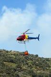 Hélicoptère de lutte contre l'incendie - transport Image stock