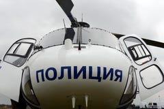 Hélicoptère de police Eurocopter EN TANT QUE 355 à l'aéroport Image stock